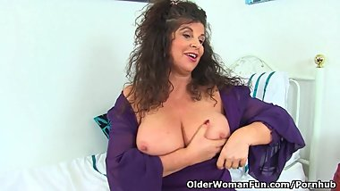 British milf Gilly exploits her wonderful lady bits