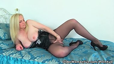 British milf Fiona needs getting off with dildo