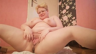 Big pissing open wide pussy and whole body view
