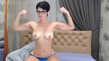muscular Russian Milf flexes on cam