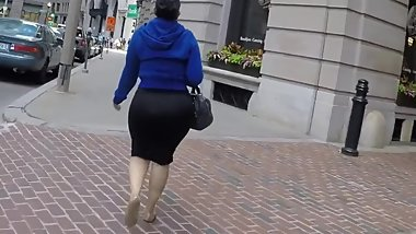 Jiggly candid ass in tight skirt